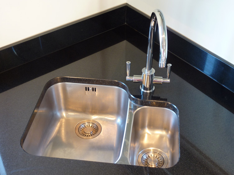 unde-rmounted kitchen sink in nero assoluto granite worktop